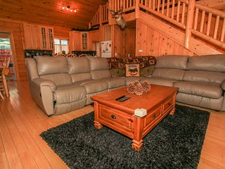 ~Ridenour Retreat~Centrally Located Modern Log Home~Game tables~Jetted Spa Tub~