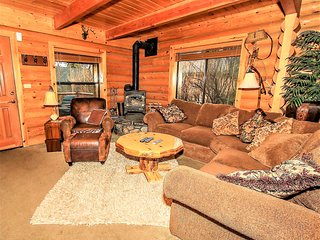 ~Knotty & Nice~Furnished & Equipped Log Home~In-Deck Hot Tub~