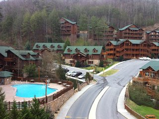 Cozy Smokey Mountain Cabin Getaway/ All Family and Couples Amenities