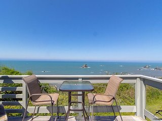 New! Starfish Cottage - Giant Ocean Views, Hot Tub, Quiet Elegance