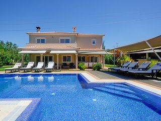 Luxury  spacious 5 bedroom villa with 5000m2 in Vilamoura