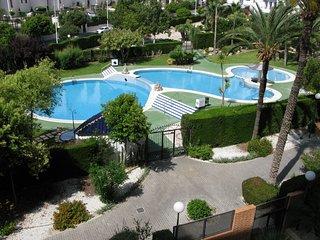 Cala de Finestrat. Urbanización Benimar I con amplia zona de jardín y piscinas