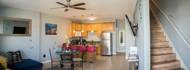 """El espacio abierto w / cocina totalmente equipada y el 55"""" pulgadas Smart TV"""