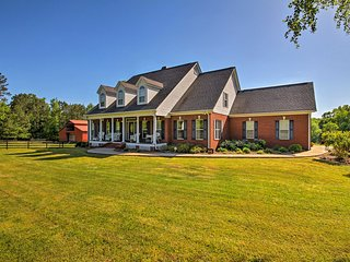 NEW! Grand 7-Acre Estate w/Pool, Fire Pit & Horses