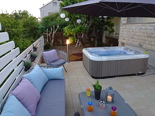 Cozy Apt with Jaccuzzi and Terrace near Trogir Center