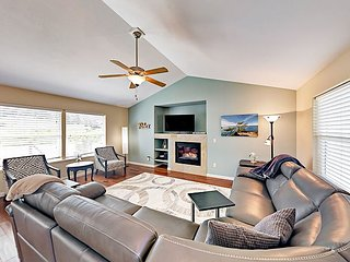 Spacious 3BR w/ Fireplace & Backyard- ­­Near Pier, Beach, Bistros & Breweries