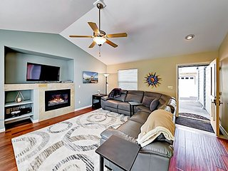 Spacious 3BR w/ Fireplace & Backyard- --Near Pier, Beach, Bistros & Breweries