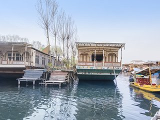 Idyllic 3-BR houseboat, perfect for families