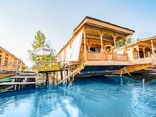 Traditional 3-BR houseboat for groups