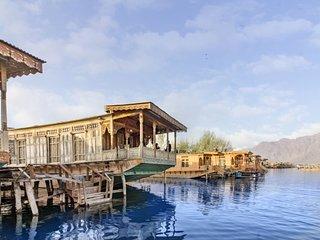 Elegant houseboat with plus décor