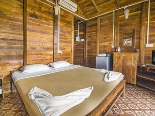Rustic private room in a cottage with a pool, on Morjim beach