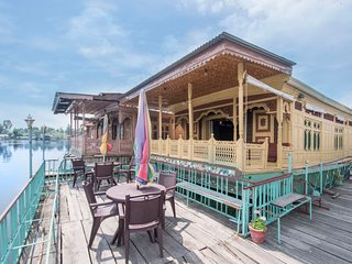 Elegantly furnished 4-BR houseboat for a family stay