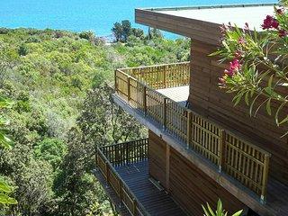 Rare belle villa contemporaine en bois vue avec une vue Mer a 180°