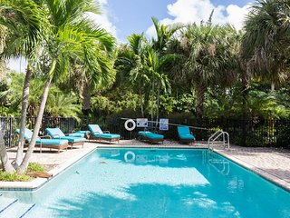 DELRAY TOWNHOUSE: PALM TRAIL W/ POOL BY THE BEACH!