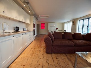 Luxury Retro Serviced Apartment in Ipswich with two beds and a roof top terrace