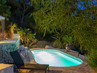 Villa Salinas for 8 guests, just 1km to Ibiza's magical beaches and 7km to Ibiza