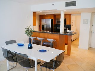 1245 Spacious 1 bed: poolside view- FREE PARKING !