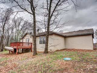 Fireside Cottage with Gameroom & Hot Tub near Big Cedar