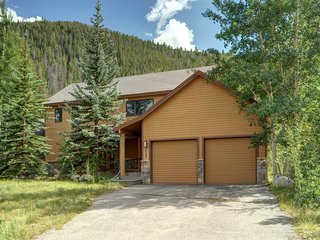 Stunning and Spacious 3 Bedroom Deneen Home with HOT TUB and BBQ