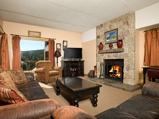 AMAZING Slope-side Condo in a Wonderful Location near the Shops!