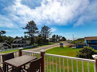 2 Free Nights, Ocean View, Pets OK, **HOT TUB* Step to beach/town, WiFi, BBQ