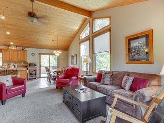 Spacious Sunriver home w/private hot tub, dog-friendly! 10 SHARC passes!