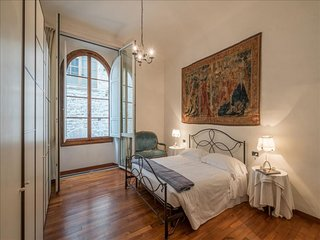 Spacious Signoria Vista apartment in Duomo with WiFi, integrated air conditionin
