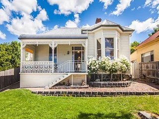 Campbell Cottage: Renovated Victorian home with parking near the CBD