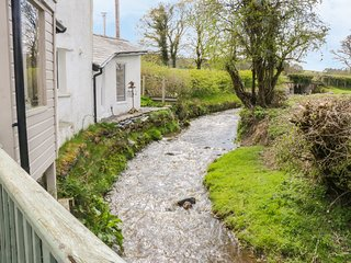 BWTHYN Y NANT, woodburners, pleasant views, ideal for families, near Llanrwst