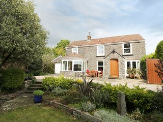 WORLE COTTAGE, spacious retreat, excellent features, garden with pond, near Bris