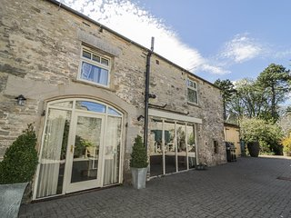 THE COACH HOUSE, near walks, shared garden, private roof terrace, in Middleham,