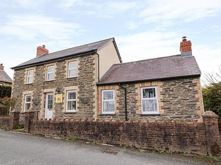 COZY CWTCH COTTAGE, woodburner, pet-friendly, lawned garden, close to beaches, N