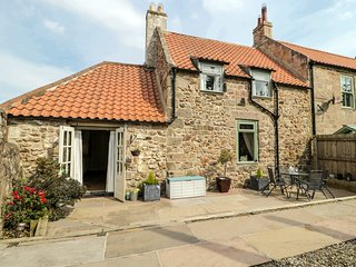 BRIDGE END BOTHY, close to town centre, exposed beams, enclosed garden, in Woole