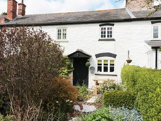 2 HIGH GARDENS, woodburner, exposed beams, close to amenities, in Eardisley