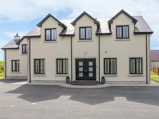 SEABROOKE HOUSE, balcony, family bedrooms, luxury interior, near Dundalk