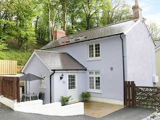 BUTLERS COTTAGE, access to swim spa, en-suite bathrooms, WIFI, Ref 967425