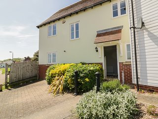 IVY COTTAGE, views of River Colne, en-suite, hot tub, Ref 977193