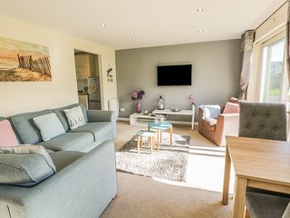 COASTAL RETREAT, open-plan, breakfast bar, pet-friendly, in Harlech
