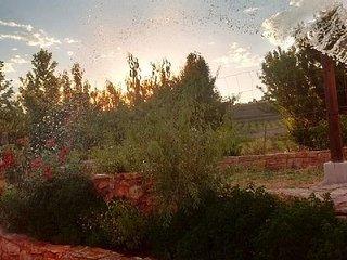 Regando el jardín al atardecer, uno de los momentos favoritos de nuestros huéspedes