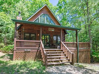 Feel cozily tucked away in 'Black Bears Den', 2 bedrooms, Hot Tub!