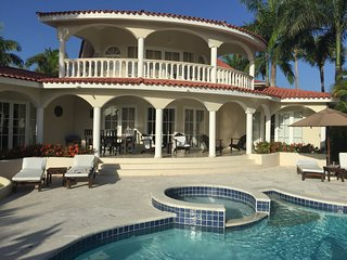 GO VIP!! THE CROWN VILLA 5 BDRM SLEEPS up to 10. GOLD BRACELETS