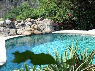 Villa con piscina immersa nel mare di sardegna