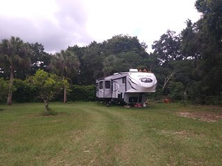 Immaculate NEW RV (5th Wheel) on 1/2 acre near Tampa with large private pool!!