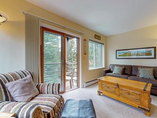 NEW LISTING! Cozy condo w/shared hot tub & sauna, ski-in/out, walk everywhere!