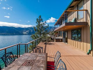NEW LISTING! Bright & dog-friendly lakefront home w/gorgeous views & great deck