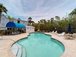 Beautiful, inviting condo w/shared pool, easy beach access - walk to everything!