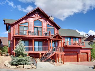 INCREDIBLE LAKE VIEW, LOG CABIN ESTATE with HOT TUB!