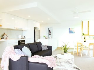 Sleek and Modern Apartment - Close to CBD!