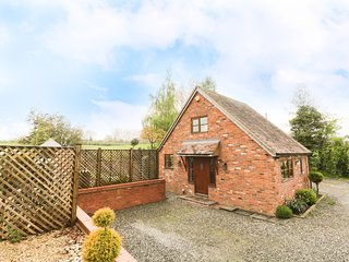WOODSTOCK LODGE, countryside views, open-plan living, near Malvern Hills AONB, R