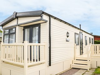12 CEDAR CLOSE, open-plan, well-equipped holiday park, Northampton 4.5 miles, Re